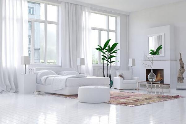białe okna w salonie